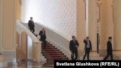 Представители правительства Казахстана выходят после расширенного заседания с участием президента. Астана, 11 февраля 2015 года.