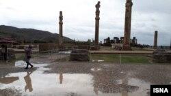 همزمان با وقوع سیل در فروردین سال ۹۸ در استان فارس، بخشی از بنای تخت جمشید نیز دچار آبگرفتگی شد، اما آسیبی به آن وارد نشد
