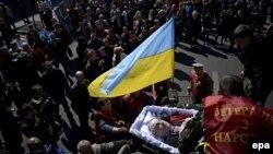 Во время погребальной церемонии одного из активистов Майдана. Киев, 25 марта 2014 года.