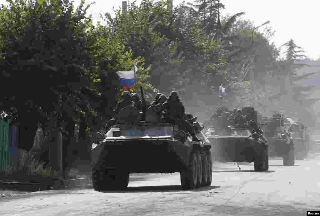 Российская бронетехника на улицах Цхинвали. 18 августа 2008 года.