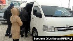 """Пассажиры садятся в минивэн маршрутом """"Астана - Кокшетау"""". Астана, 22 января 2013 года."""