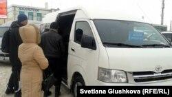 Жолаушылар «Астана-Көкшетау» шағын автобусына мініп жатыр. Астана, 22 қаңтар 2013 жыл.