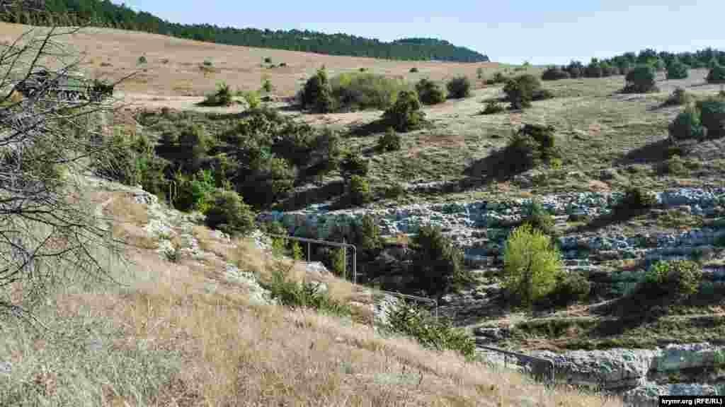 «Büyük qurucılarnıñ» evlâtları qırımtatarlarnıñ medeniyetini topraqta yoq etmek az dep kördi. Olar eski Bağçasaraynıñ büyük mezarlarından birinde gaz borusını qurmağa qarar aldı