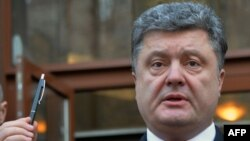 Petro Poroshenko e mban lapsin në shenjë të solidaritetit me viktimat e sulmit në Paris