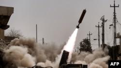 Иракская артиллерия производит выстрелы в направлении позиций ИГ в ходе боев за город Мосул. 11 марта 2017 года