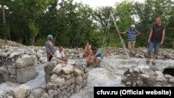Розкопки в печерному місті Ескі-Кермен, архівне фото