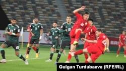 Игроки сборных Кыргызстана и ОАЭ во время матча Кубка Азии, 21 января 2019 года.