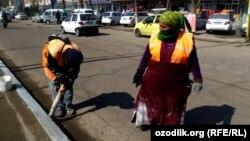 Женщины-дворники чистят основные дороги Ташкента.