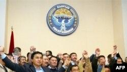 Объявление о принятии новой конституции киргизские депутаты встретили бурно