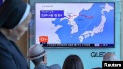 Հարավային Կորեայի մայրաքաղաք Սեուլում դիտում են Հյուսիսային Կորեայի կողմից բալիստիկ հրթիռի փորձարկման մասին հեռուստառեպորտաժը, 14-ը մայիսի, 2017թ․