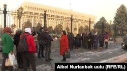 Митинг у здания Жогорку Кенеша.