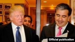 Дональд Трамп (слева) и Михеил Саакашвили, Тбилиси, 21 апреля 2012