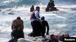Після катастрофи під Лампедузою нову групу мігрантів-нелегалів рятують із розбитого судна на грецькому острові Родос, 20 квітня 2015 року