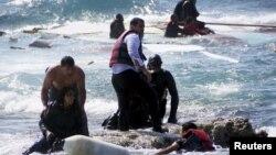 Pjesëtarët e rojes bregdetare të Greqisë duke i shpëtuar imigrantët në prill të këtij viti