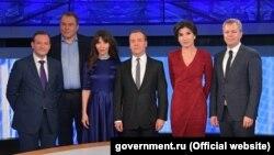 """Лицом к событию. Медведев """"отливал в граните"""" под присмотром Сергея Брилева"""