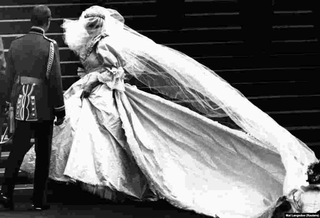 Діана Спенсер, яка незабаром стане принцесою Уельською, вперше показує свою весільну сукню перед тим, як вирушити до Кафедрального собору Святого Павла у Лондоні, де вони з Принцом Чарльзом братимуть шлюб, 29 липня 1981 року.