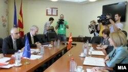 Архивска фотографија- Средба на вицепремиерката Теута Арифи со Стефано Санино, генерален директор на Генералниот директорат за проширување на Европската комисија 16 јули 2012.