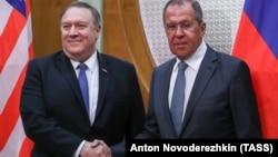 Госсекретарь США Майк Помпео (л) и министр иностранных дел Сергей Лавров (п)