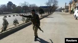 Поліцейський поблизу місця вибуху в Кабулі, 1 лютого 2016 року