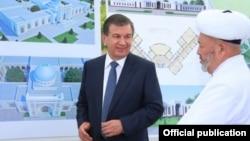 Президент Узбекистана Шавкат Мирзияев с муфтием Узбекистана Усманханом Алимовым.