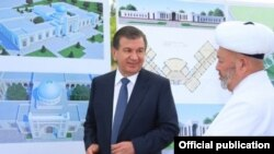 Президент Мирзиëев Самарқандда имомлардан бири билан.