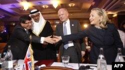 Слева направо - главы МИД Турции - Ахмет Давутоглу, ОАЭ - шейх Абдулла бин Заед аль-Нахъян, Британии - Уильям Хейг и госсекретарь США Хиллари Клинтон, Тунис, 24 февраля 2012