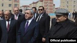 Президент Армении Серж Саргсян (в центре) и мэр Гюмри Вардан Гукасян (справа) возле одной из новостроек города, 7 апреля 2012 г.