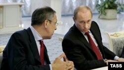 Депутаты упрекнули Сергея Лаврова (слева), что он недостаточно активно занимается обеспечением курса, провозглашенного Владимиром Путиным (справа) в мюнхенской речи