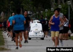 Робот, который весной 2020 года ездил по улицам Сингапура и напоминал бегунам о необходимости соблюдать социальную дистанцию