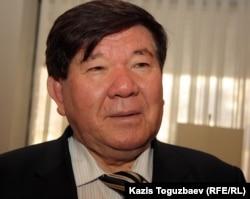 """Поэт Мухтар Шаханов на съезде пропрезидентской партии """"Руханият"""". Алматы, 30 ноября 2011 года."""