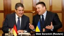 Ministri i Jashtëm ukrainas, Pavlo Klimkin (djathtas) dhe ministri i Jashtëm gjerman, Sigmar Gabriel (majtas) në Kiev.
