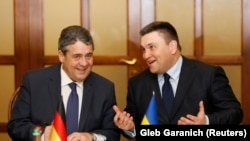 Germaniýanyň daşary işler ministri Sigmar Gabriel (ç) we Ukrainanyň daşary işler ministri Pawlo Klimkin, Kiýew, 3-nji ýanwar, 2018