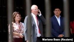 Педро Кучински (ортада) Перу президенті қызметінен кететіні туралы мәлімдемесінен соң үкімет үйінен шығып барады. Лима, 21 наурыз 2018 жыл