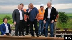 Борисов инспектира изграждането на нова жп линия между София и Елин Пелин заедно с транспортния министър Росен Желязков (вдясно)