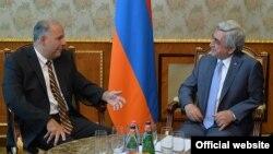 Президент Армении Серж Саргсян (справа) принимает сопредседателя Совета попечителей Армянской Ассамблеи Америки Энтони Барсамяна, Ереван, 23 июня 2015 г.