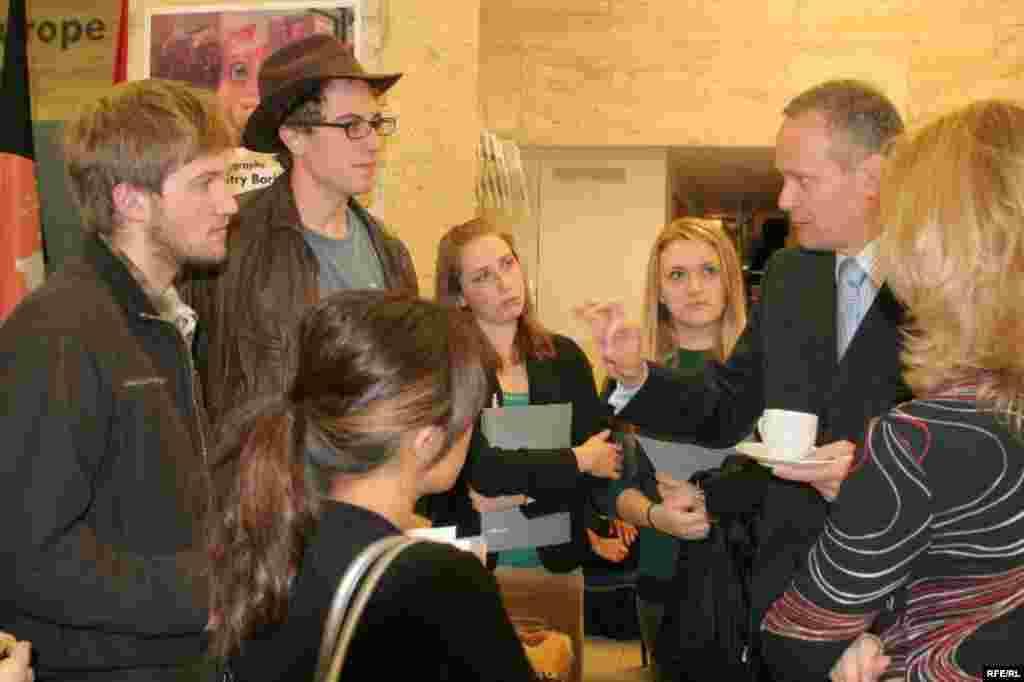 Бывший министр иностранных дел Чехии Кирилл Свобода и студенты из разных стран, участвующие в конференции