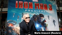 Stan Lee ispred postera Iron Mana, Los Angeles