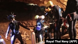 Группа дайверов-спасателей готовится к очередному заходу в пещеру Тхам Луанг. 7 июля 2018 года