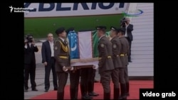 Солдаты несут гроб с телом президента Ислама Каримова.