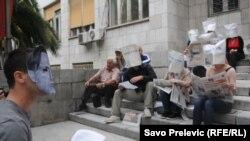 Peformans MANS-a ispred Skupštine: premijer i poslanici sa kesama na glavi, Podgorica, 23. maj 2012