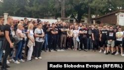 Okupljeni desničari ispred ulaza u Centar za migrante u Obrenovcu