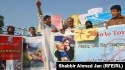 Активисты кампании против игрушечного оружия в Пешаваре.