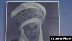 Мыскал Өмүрканованын Улуттук филармонияда илинип турган сүрөтү.