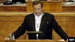 Уже через несколько часов после финального голосования в парламенте президенте Тоомас Хендрик Ильвес объявил, что не утвердит закон о запрещенных сооружениях