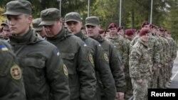 Військовослужбовці 173-ї повітряно-десантної бригади тактичної групи армії США та українські нацгвардійці на церемонії відкриття спільних навчань «Фіарлес Гардіан-2015». Яворівський полігон, 20 квітня 2015 року