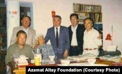 Азамат Алтай жана бир катар кыргыз акын-жазуучулары Түгөлбай Сыдыкбековдун үйүндө. Бишкек. 1995-жылдын августу.
