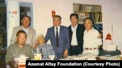 Азамат Алтай кыргыз жазуучулары менен. Бишкек, 1995-жыл.