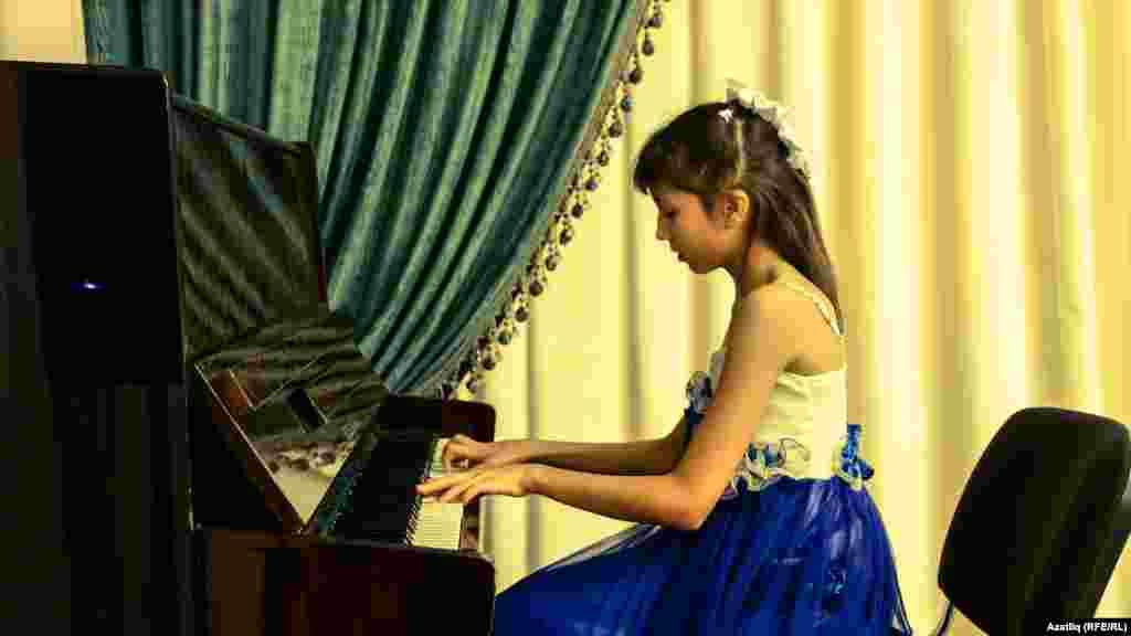 Галимҗан Гыйлмановның оныгы Әдилә Гыйззетдинова пианинода уйнады