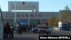 Таможенный пост «Хоргос» на границе с Казахстаном. Китайская сторона. 18 февраля 2013 года.