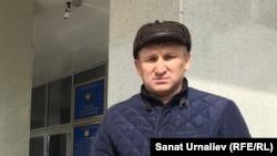 Бард и активист Жанат Есентаев у здания суда Западно-Казахстанской области. Уральск, 5 апреля 2018 года.